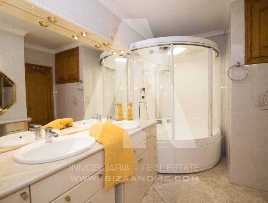RESIZ_Can-LLuis-5-bedroom-House-for-Sale-in-Ibiza-27-886x670